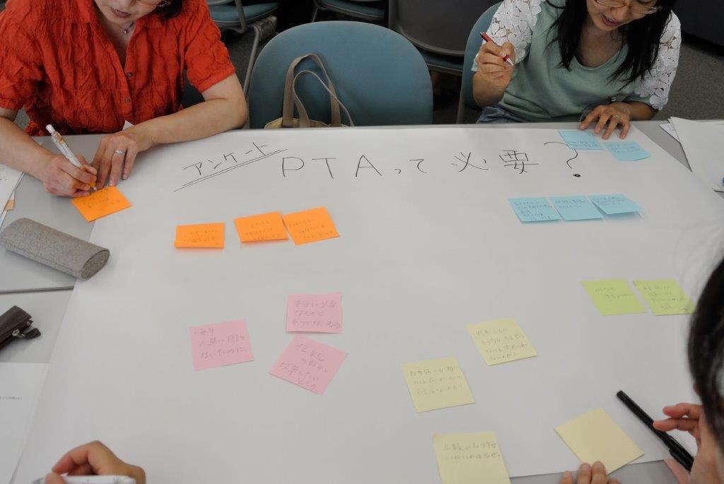 広報研修の様子。模擬の企画会議中です。
